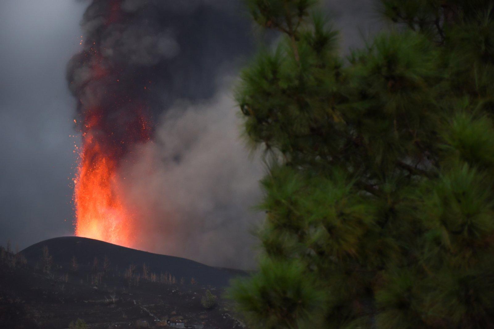 這是9月22日在西班牙拉帕爾馬島拍攝的火山噴發景象。(新華社)