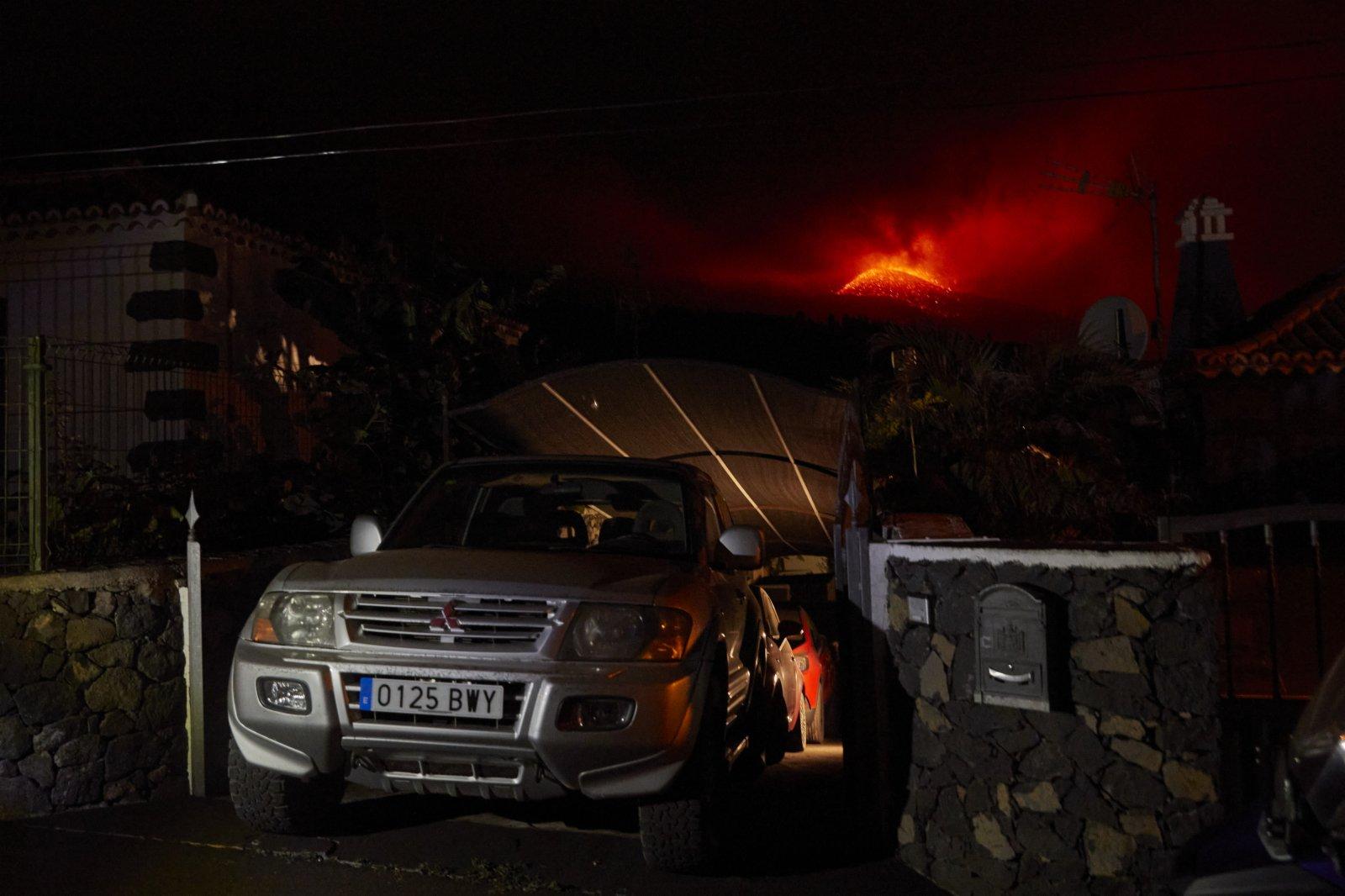 這是9月23日在西班牙拉帕爾馬島拍攝的火山噴發景象。(新華社)