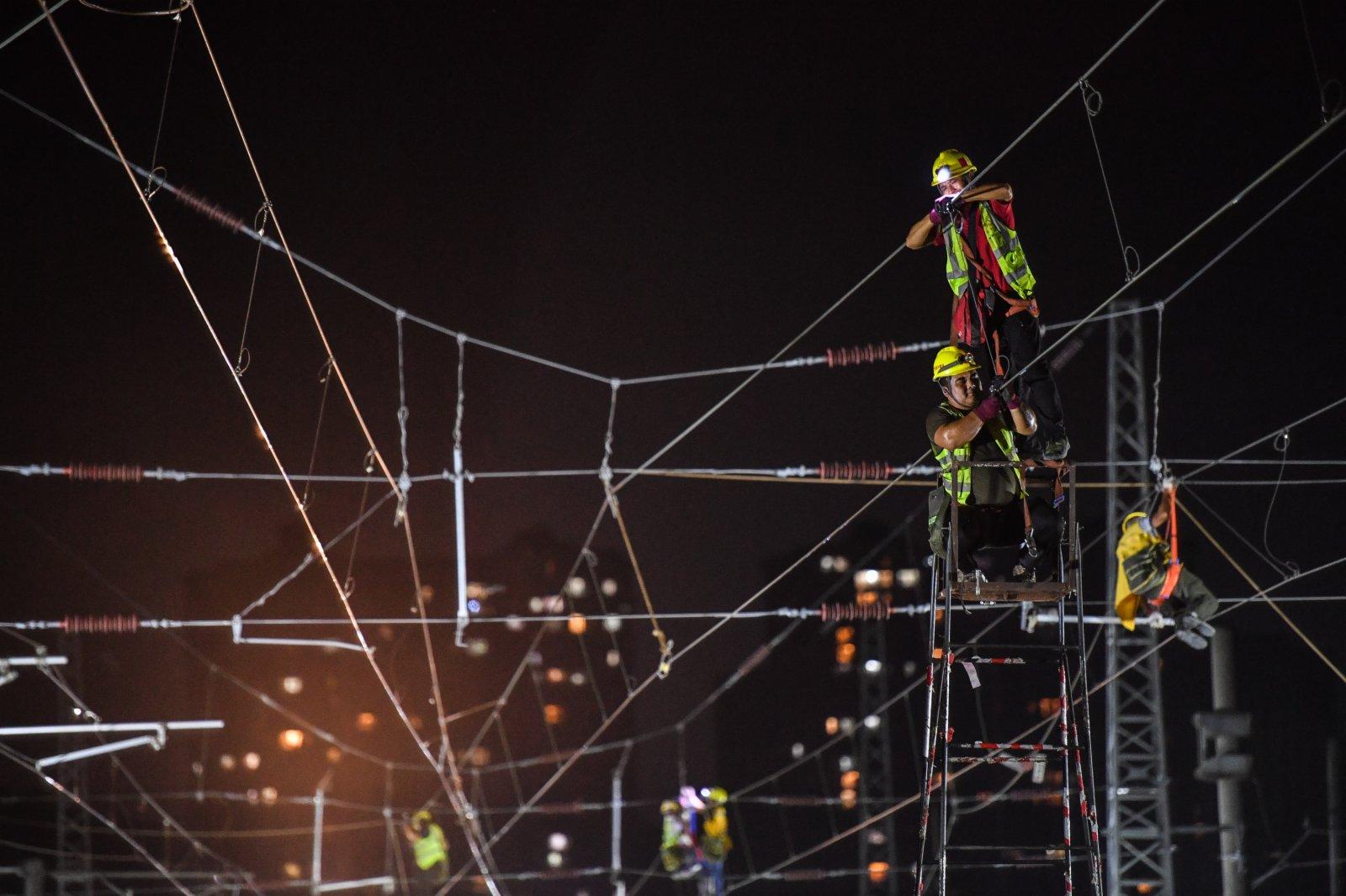 9月25日,施工人員在東莞塘廈贛深高鐵撥接廣深鐵路現場進行接觸網工程施工。(新華社)