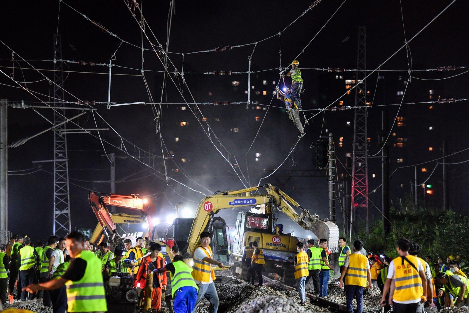 9月25日,千餘名施工人員和50多台機械設備在東莞塘廈贛深高鐵撥接廣深鐵路現場施工。(新華社)
