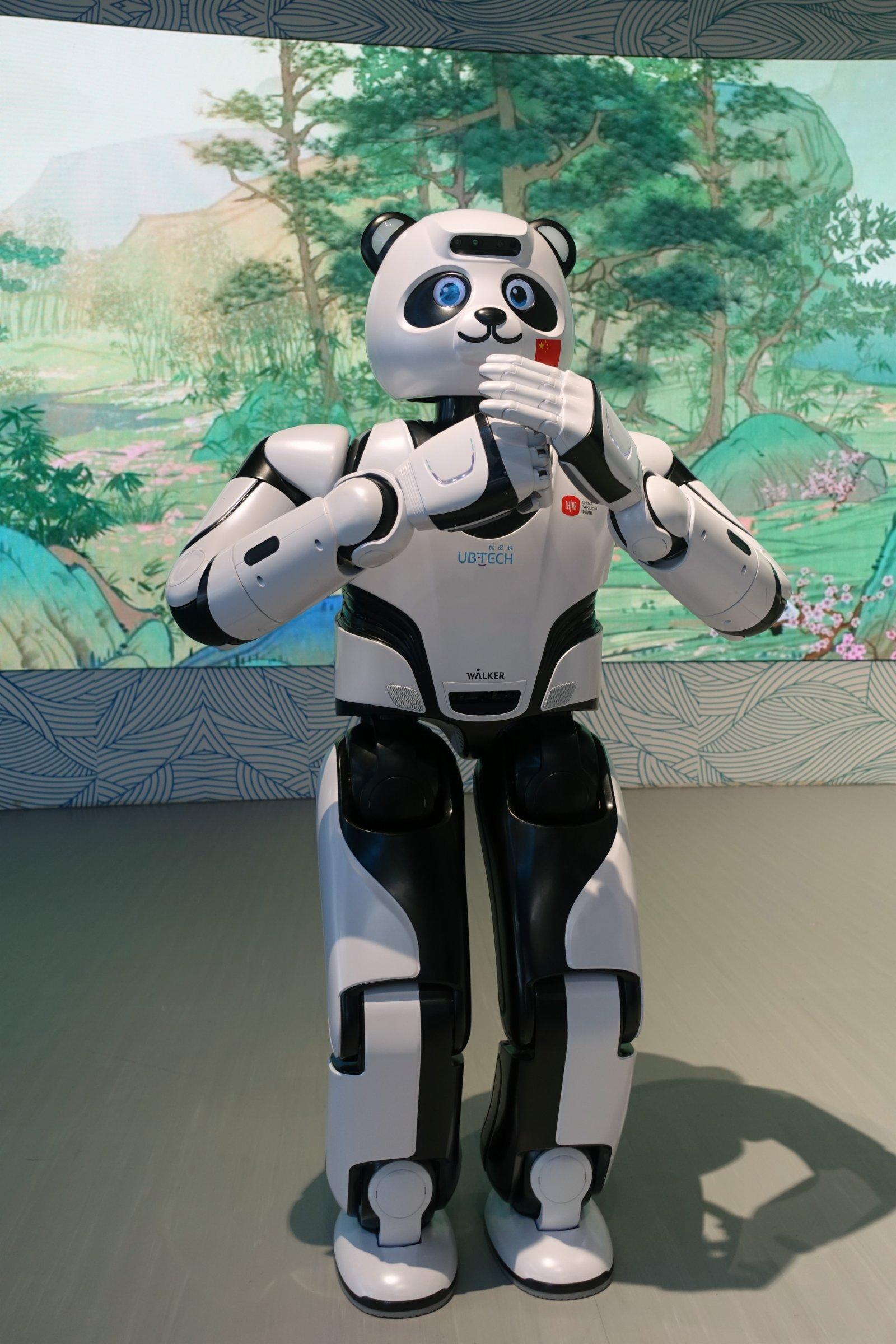 優必選公司的智能機器人優悠在迪拜世博會中國館迎接訪客。它在中國館提供導覽講解服務,還會表演太極、瑜伽、舞蹈等技能。(新華社)