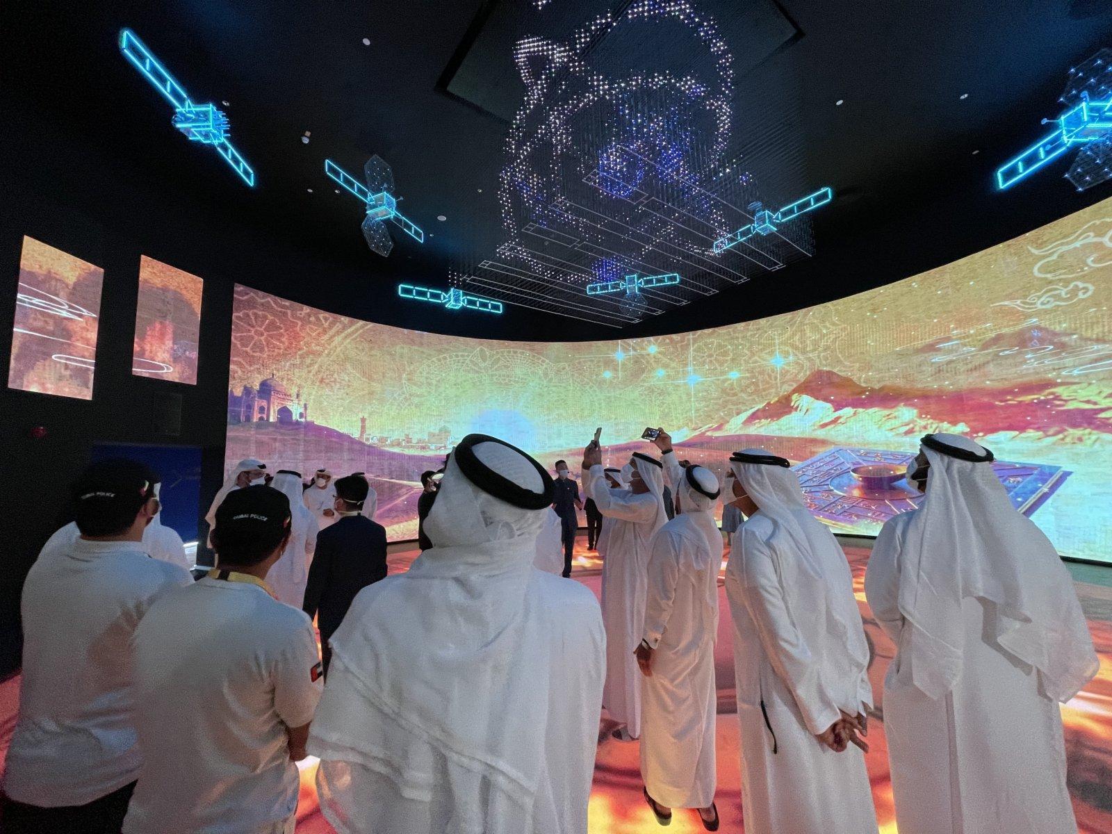 10月1日,在阿拉伯聯合酋長國迪拜,參觀者在世博會中國館觀看航天科技板塊的展覽。(新華社)