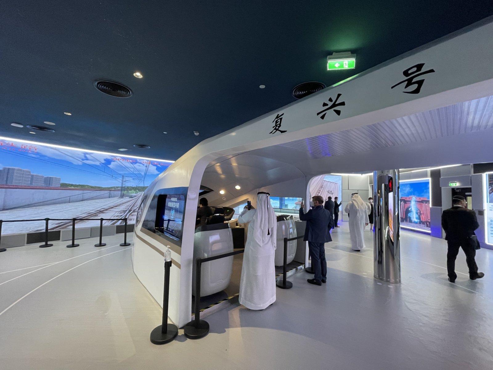 10月1日,在阿拉伯聯合酋長國迪拜,參觀者在世博會中國館觀看高鐵板塊的展覽。(新華社)