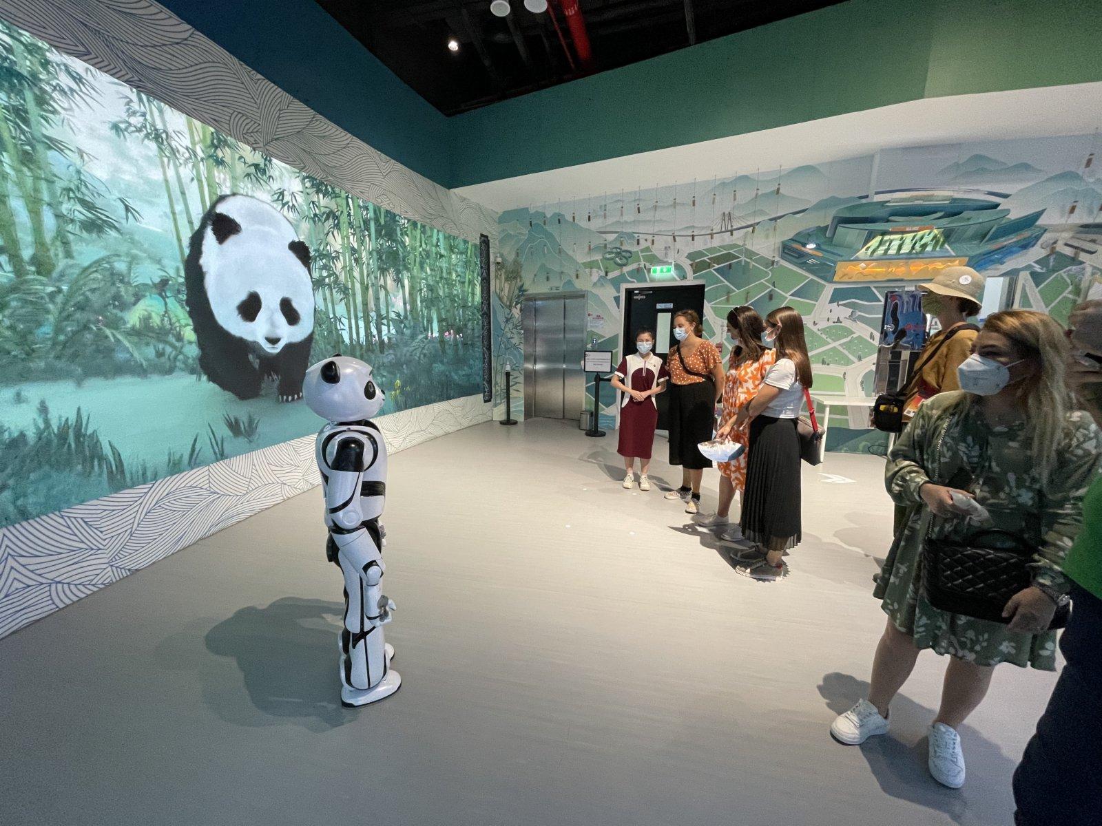 10月1日,觀眾在阿聯酋迪拜世博會中國館觀看智能機器人優悠的表演。(新華社)