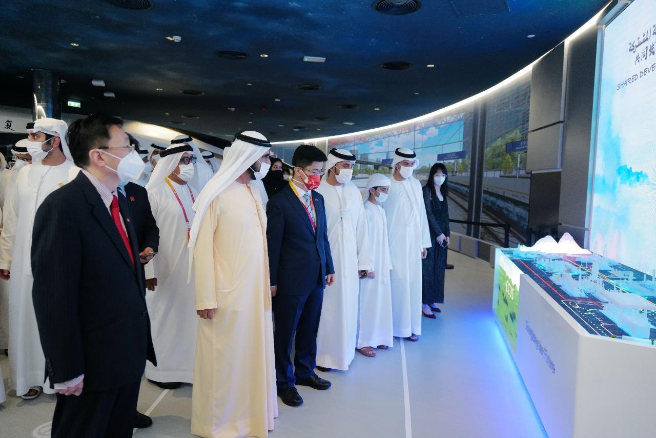 10月1日,在阿拉伯聯合酋長國迪拜,阿聯酋副總統兼總理、迪拜酋長穆罕默德·本·拉希德·阿勒馬克圖姆(前左二)在中國駐阿聯酋大使倪堅(前左一)和中國駐迪拜總領事李旭航(前左三)陪同下參觀世博會中國館。(新華社)