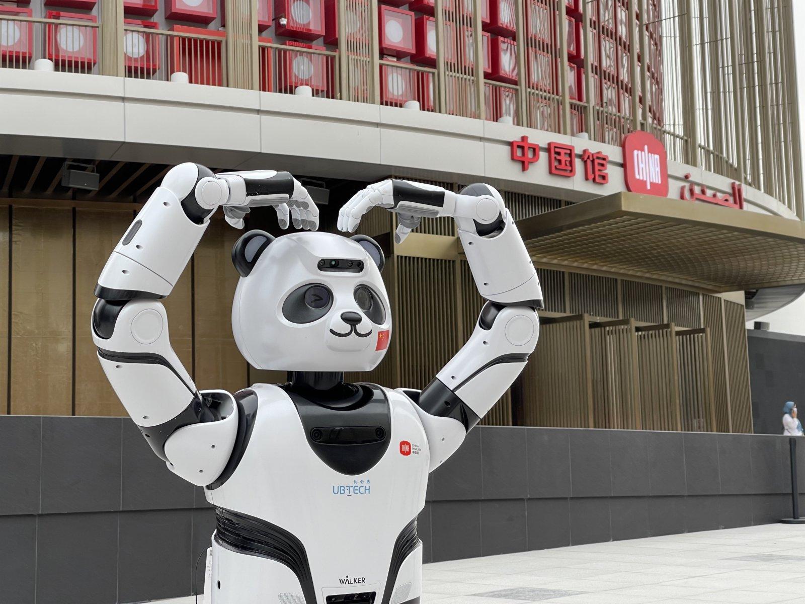 10月4日,在阿拉伯聯合酋長國迪拜,熊貓機器人在迪拜世博會中國館外表演。
