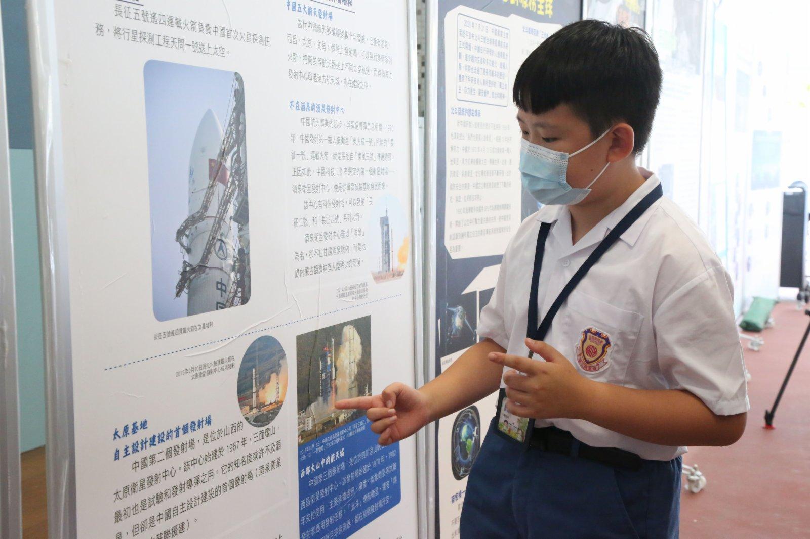 五年級學生賀炳文表示,參觀完圖文展以後增強了自己的民族認同感,為自己是一個中國人而自豪。(中新社)