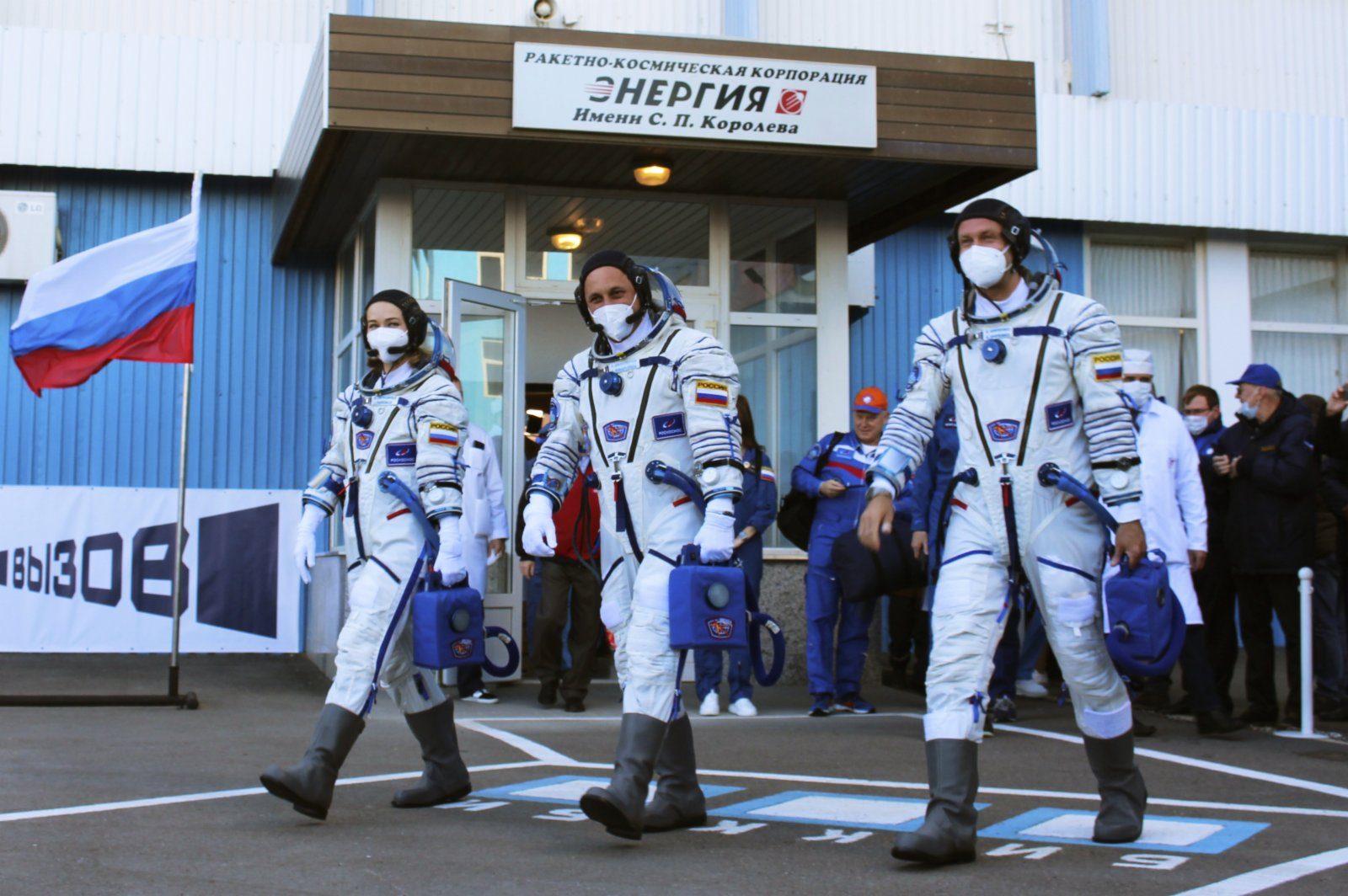 俄羅斯女演員尤利婭·佩列西利德(Yulia Peresild)、俄羅斯宇航員安頓·什卡普勒羅夫(Anton Shkaplerov)及導演克利姆·希片科(Klim Shipenko)(美聯社)
