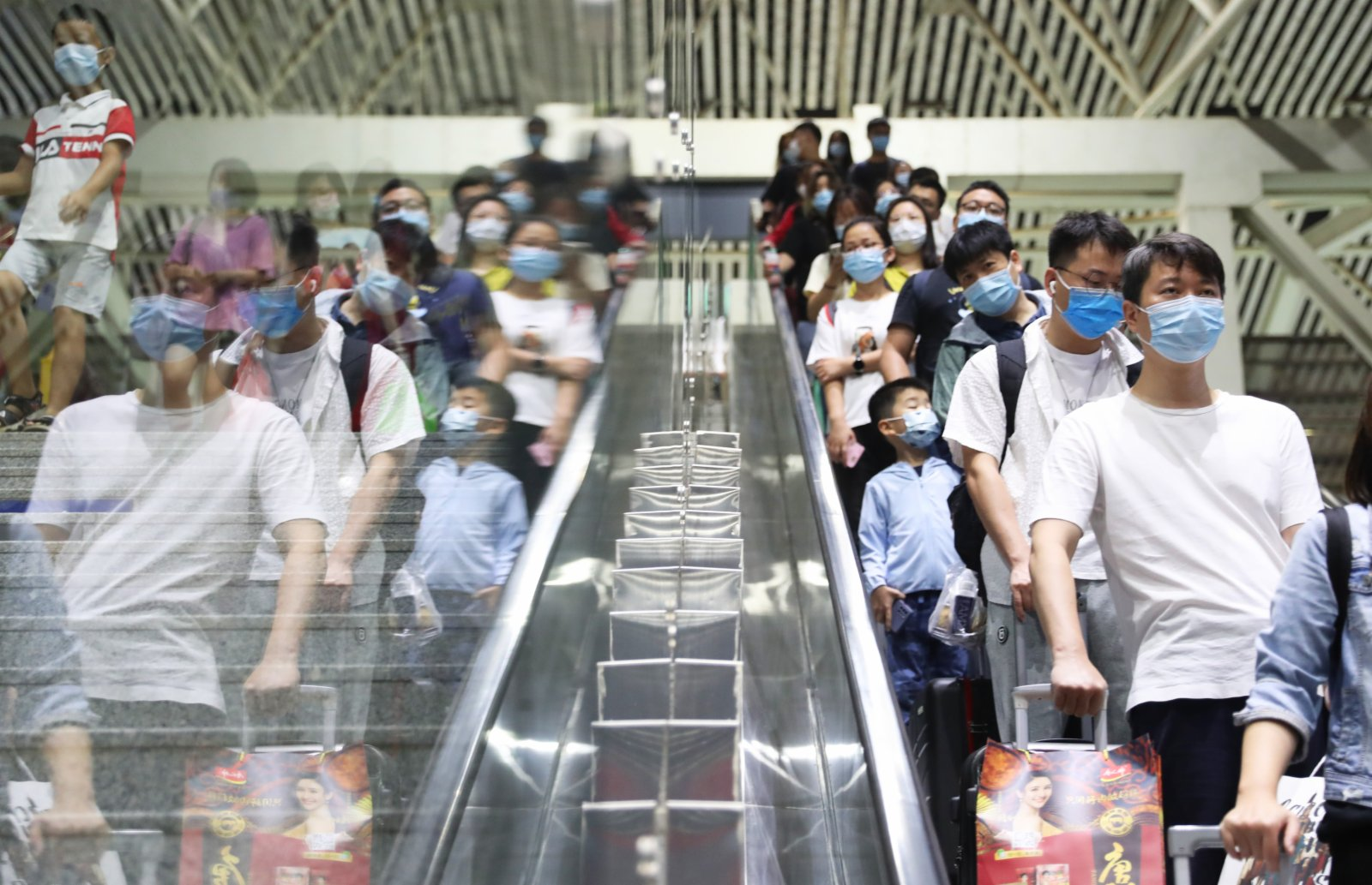 旅客在湖南衡陽東站進站通道有序進站乘車。