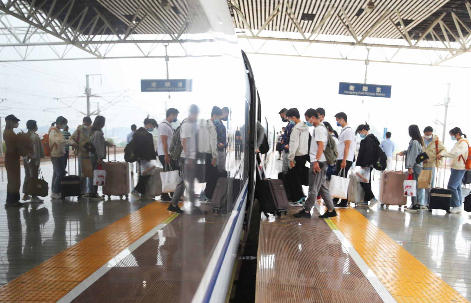 旅客在湖南衡陽東站站台排隊乘車。