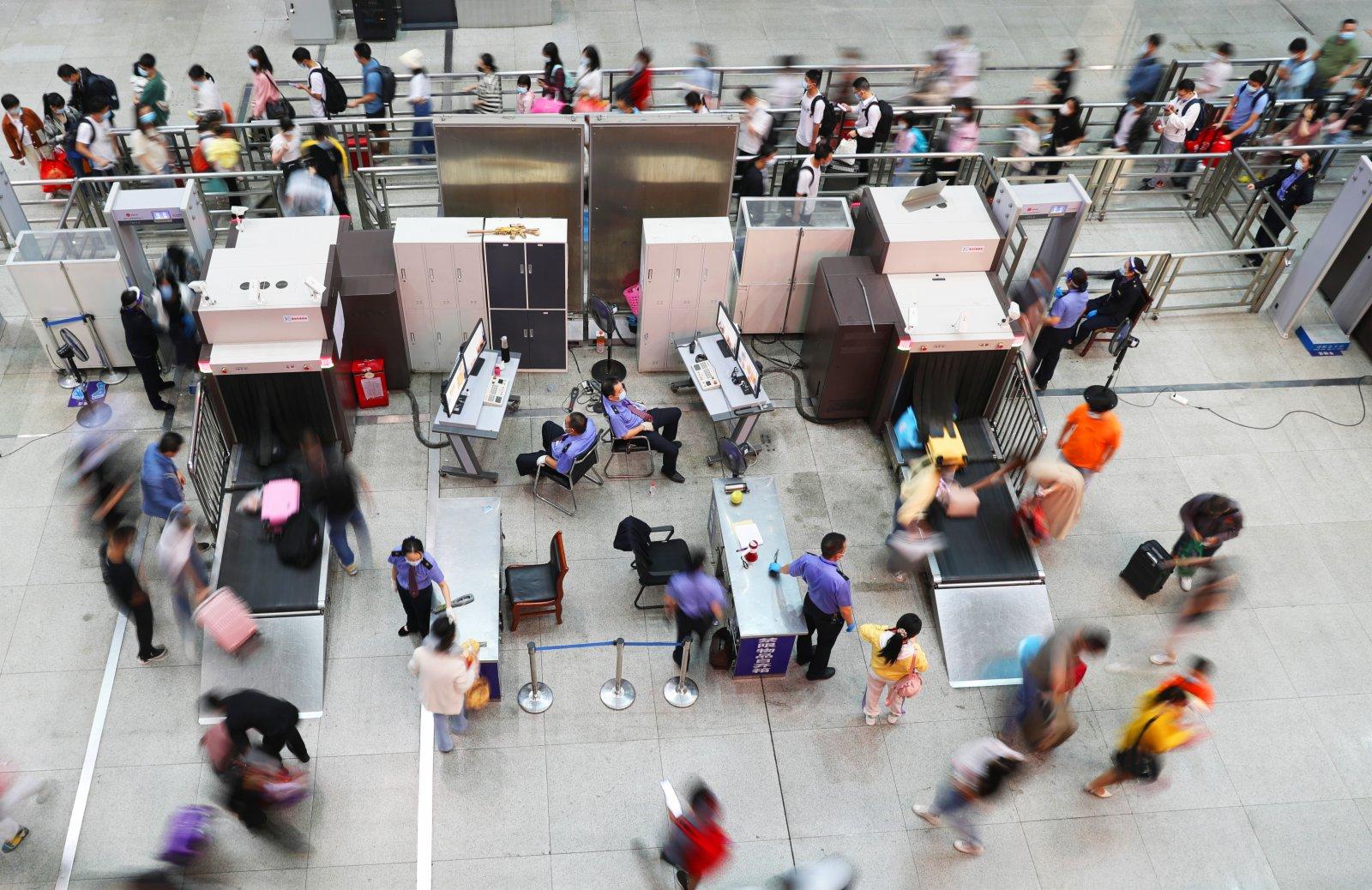 旅客在湖南衡陽東站候車室排隊進站。