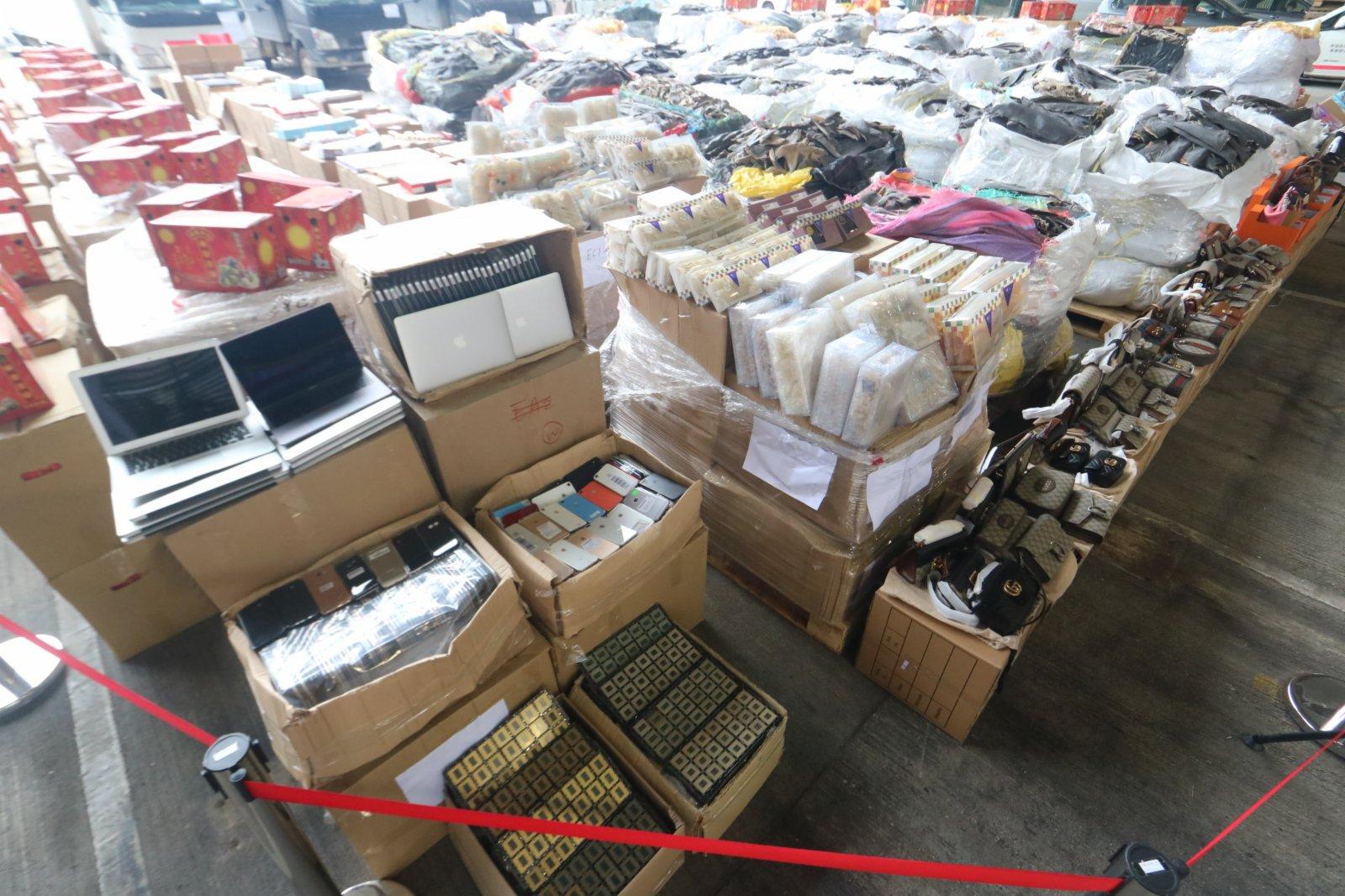 10月7日,海關舉行記者會宣布偵破歷來最大宗走私案件。行動中拘捕一名男子,並扣查四輛貨車,檢獲一批市值約2.1億港元的懷疑走私物品,包括高價值貨品、貴價食材及受管制瀕危物種。(香港文匯報記者劉友光攝)