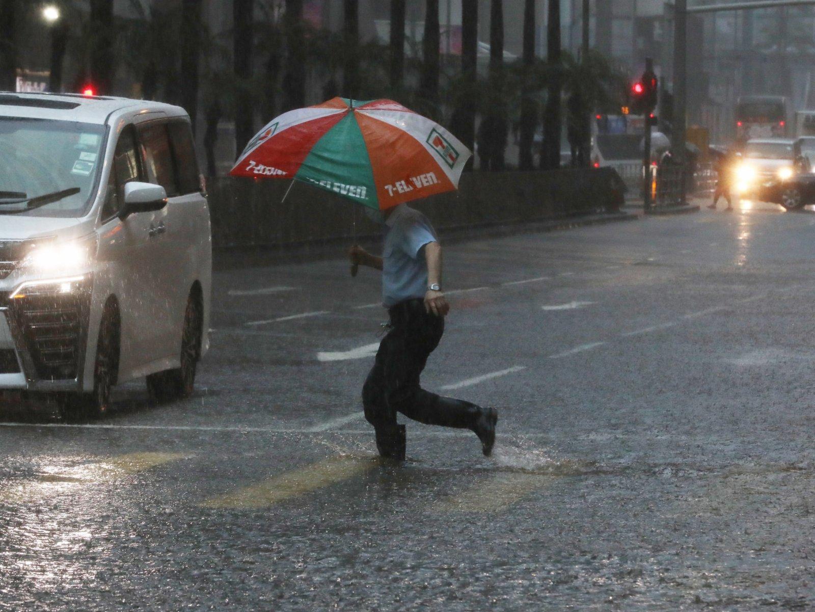 黑雨下灣仔柯布連道水浸,有銀行暫停營業。(香港文匯報記者萬霜靈攝)