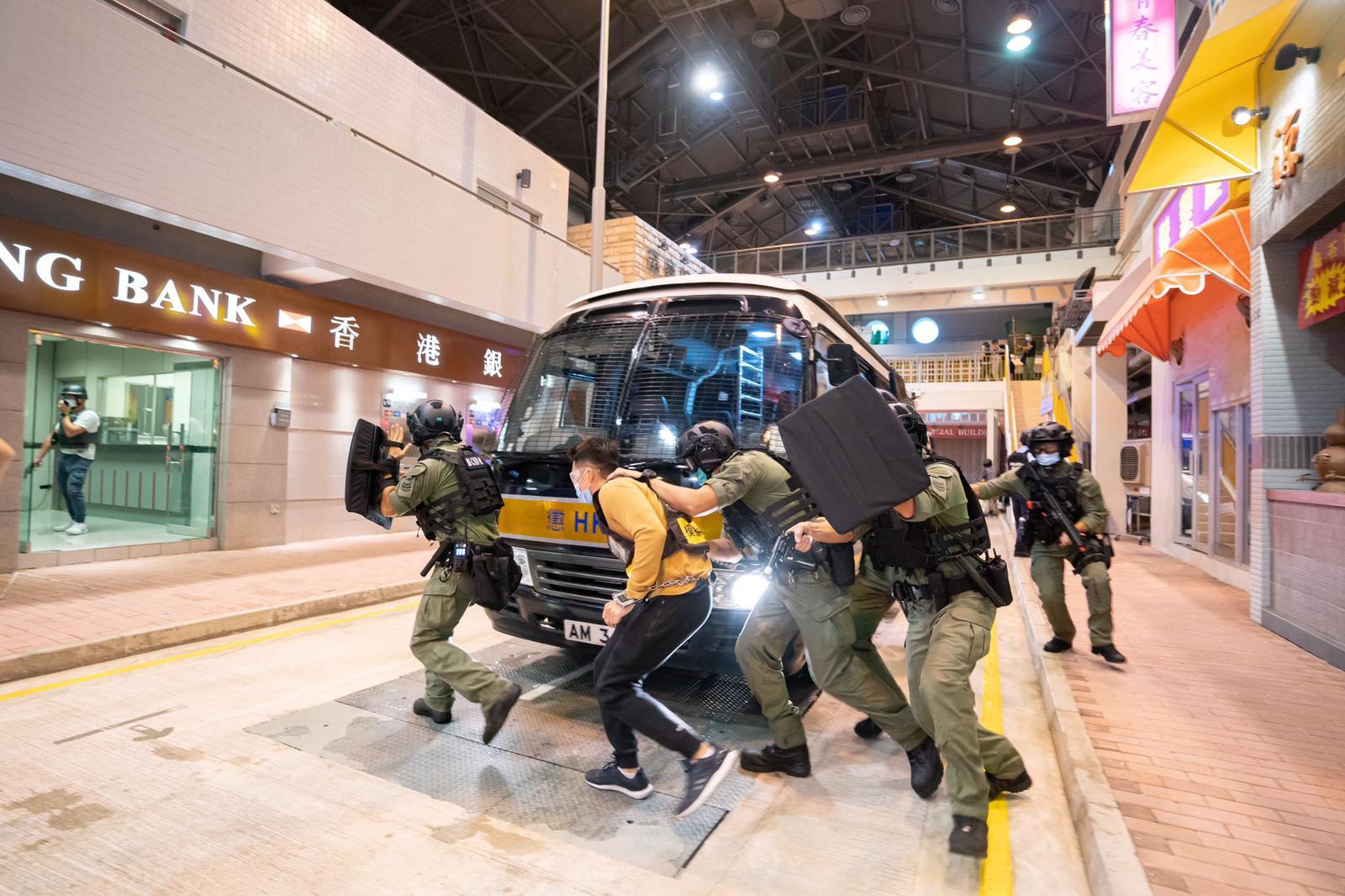 10月8日,警務處港島區衝鋒隊與懲教署區域應變隊總區應變隊在警察學院舉行聯合「反恐演習」。(警方供圖)