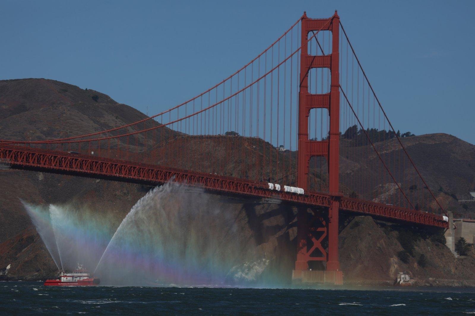 10月8日,舊金山消防局的消防艇向空中噴射水柱,迎接參加美國舊金山艦隊周活動的船隻。