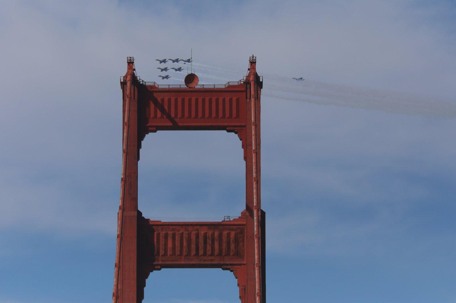 10月8日,美國海軍「藍天使」飛行表演隊在美國舊金山艦隊周活動上進行飛行表演。(新華社)