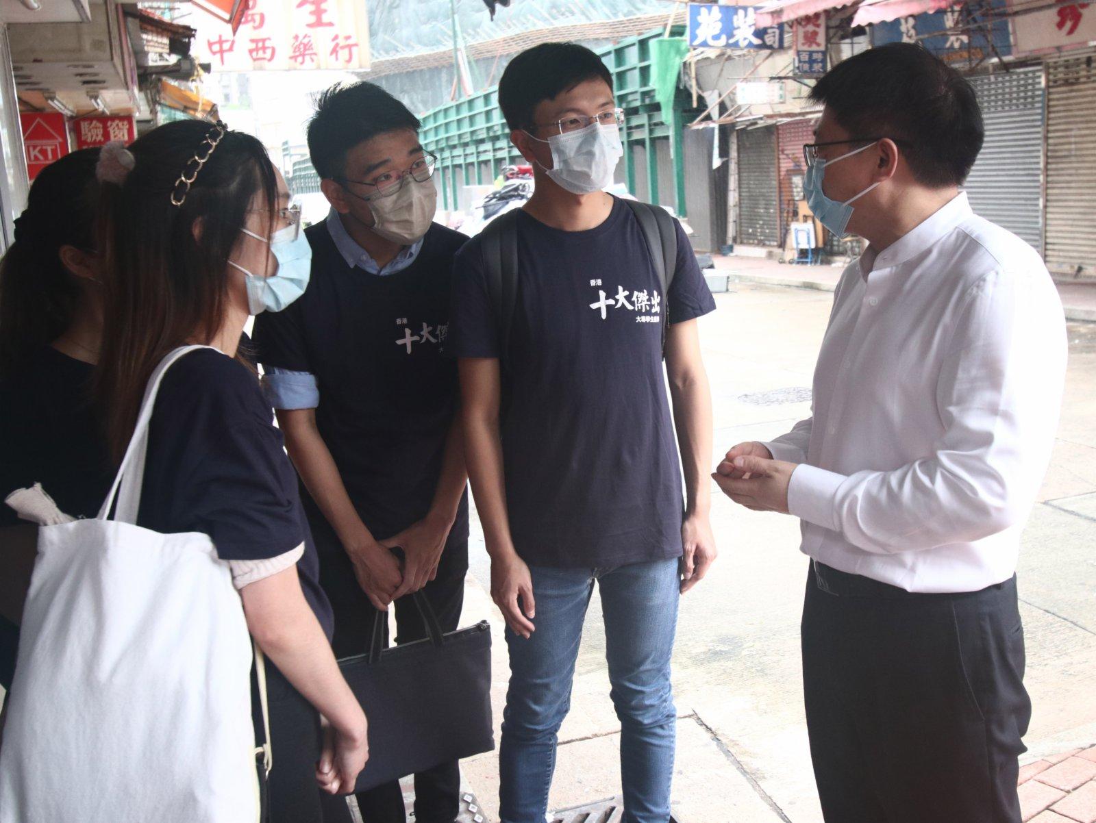 為了解基層家庭的生活,十名獲選為「傑出大專學生」的大專生及應屆畢業生10日分批探訪土瓜灣劏房戶及紅磡邨的低收入家庭,了解他們在生活上遇到的困難與挑戰。(香港文匯報記者 攝)