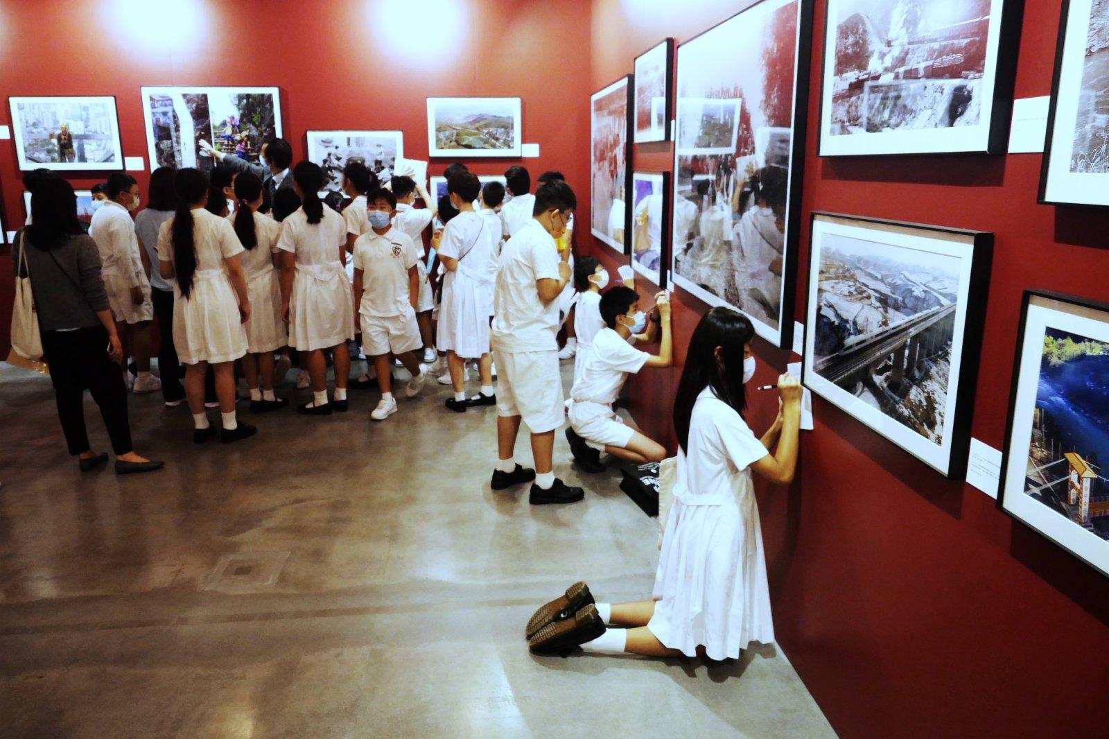 10月11日,小學生在參觀展覽。(新華社)