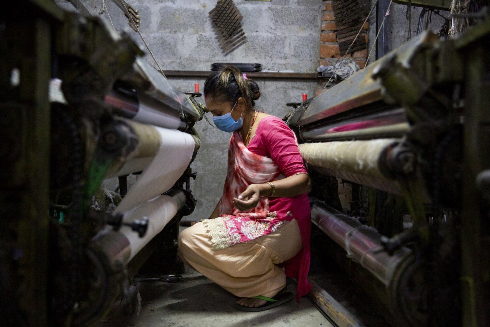 工人在尼泊爾加德滿都的一處披肩工廠工作。(新華社)