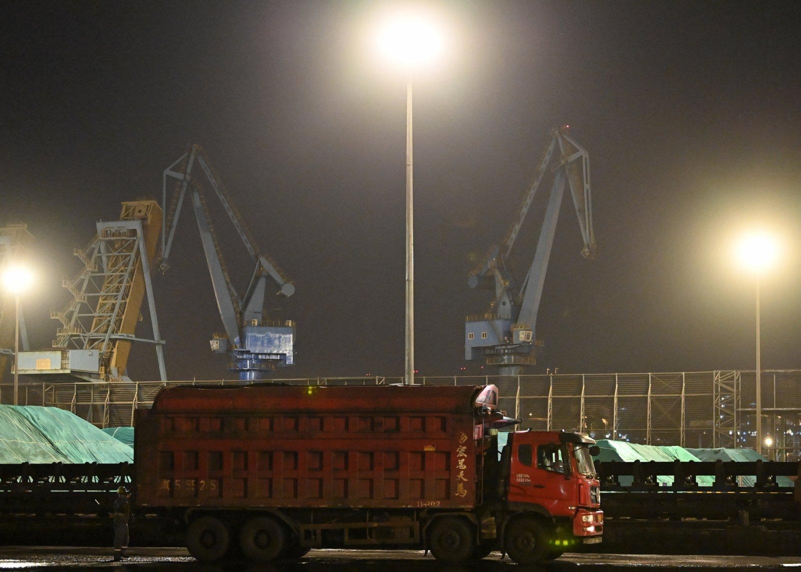 工作人員在天津港煤碼頭進行車輛查驗。(新華社)