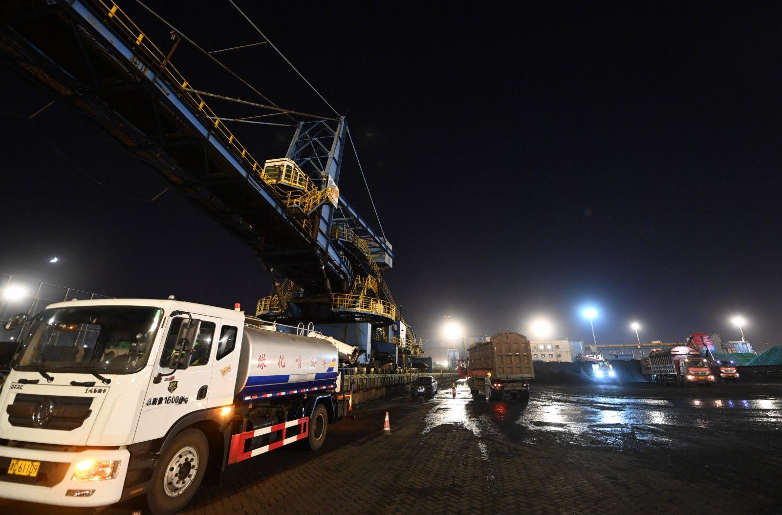 這是天津港煤碼頭夜間作業一景。(新華社)