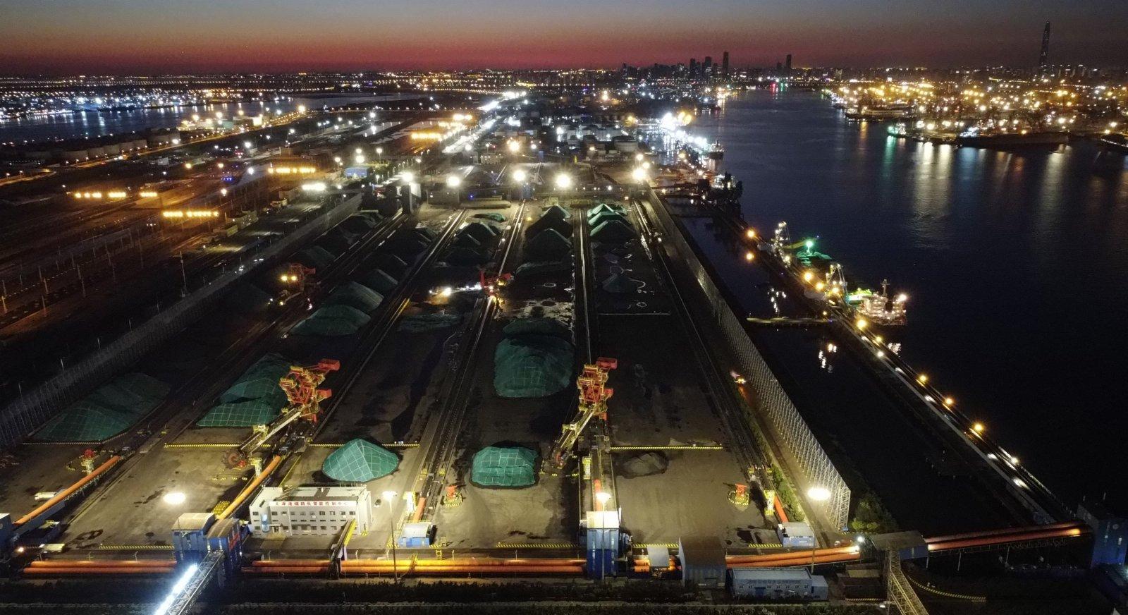 這是10月11日晚拍攝的天津港煤碼頭。(新華社)