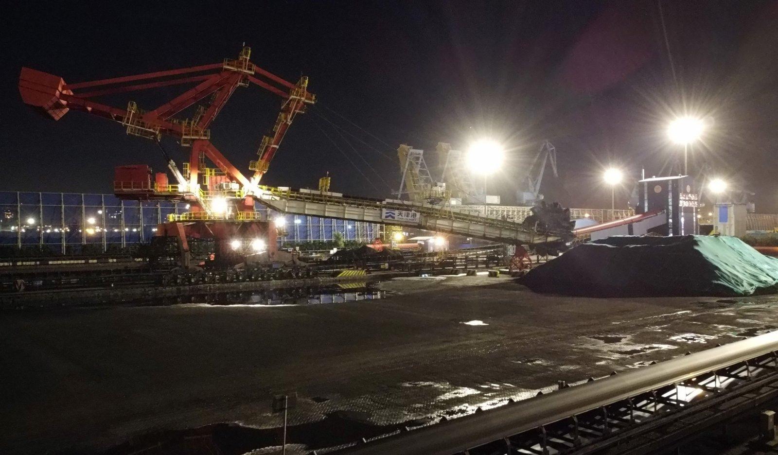 在天津港煤碼頭,一台堆取料機正在作業。(新華社)