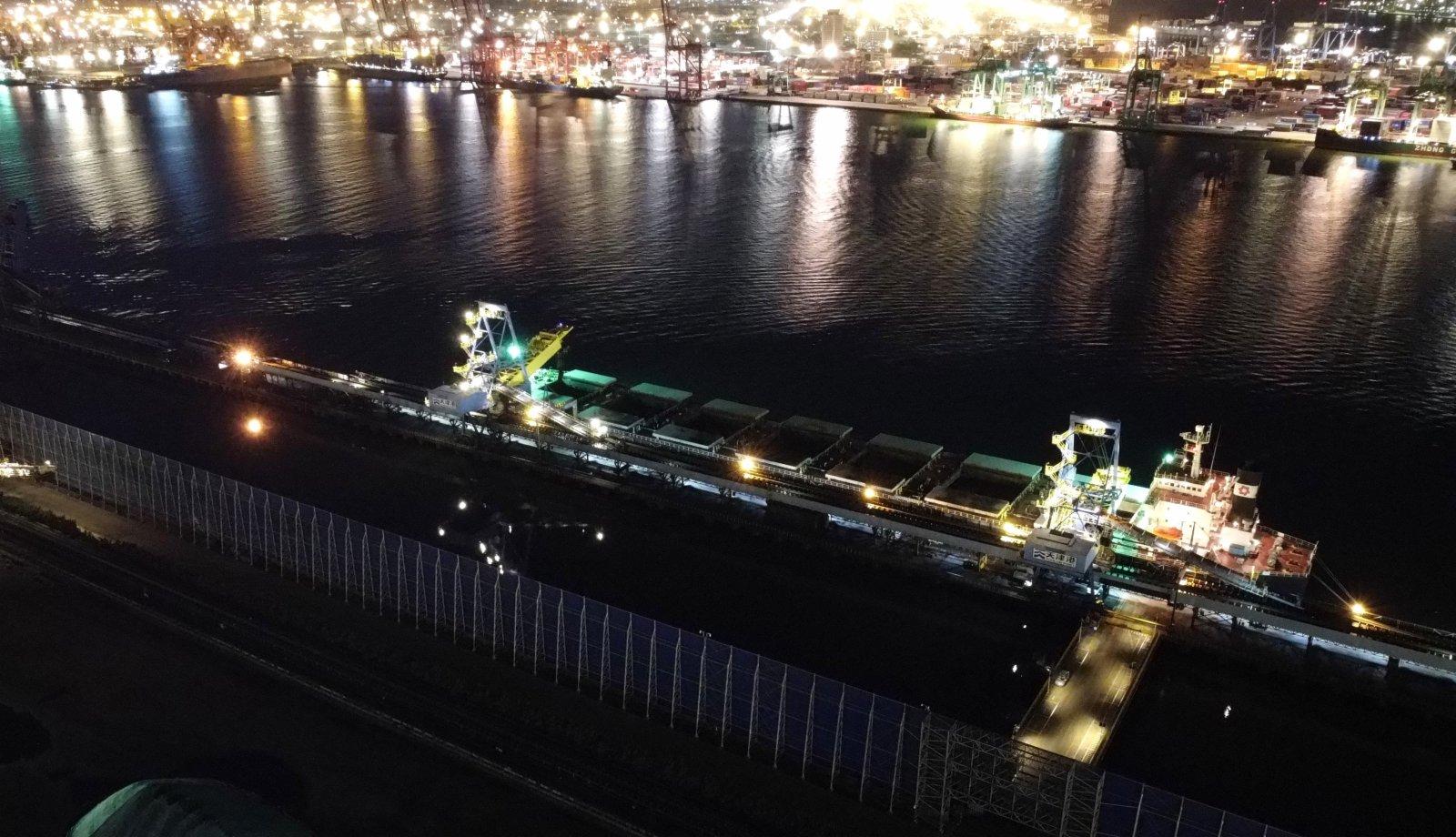 一艘電煤船舶停靠在天津港煤碼頭準備裝船。(新華社)