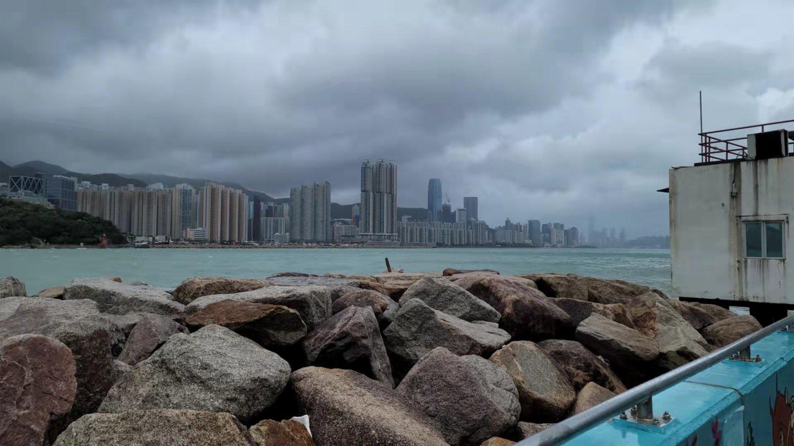 受到颱風「圓規」的影響下,八號烈風或暴風信號會在下午4時前維持。