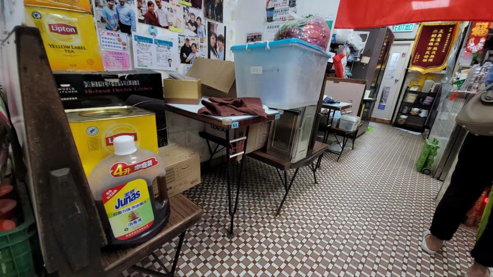 銀龍咖啡茶座廳負責人Kate姐連夜回來將貨物疊高,避免出現水浸貨物被浸濕。