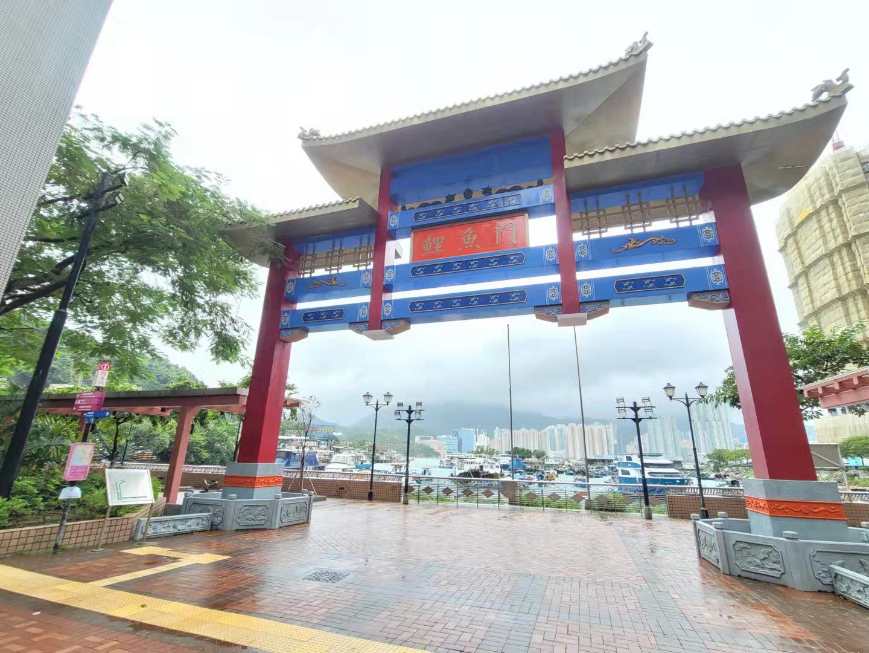 受到颱風「圓規」的影響下,八號烈風或暴風信號會在下午4時前維持。以往水浸黑點的鯉魚門三家村,今日(13日)上午風平浪靜,附近食肆暫停營業。