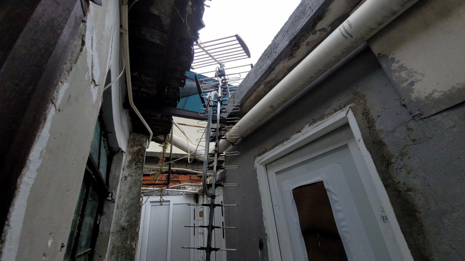 因為店鋪位置身處海邊,連續兩個8號波也有造成一定的損毀,原本架在天井的電視接收天線被強風吹至折斷,部分零件散落地下。