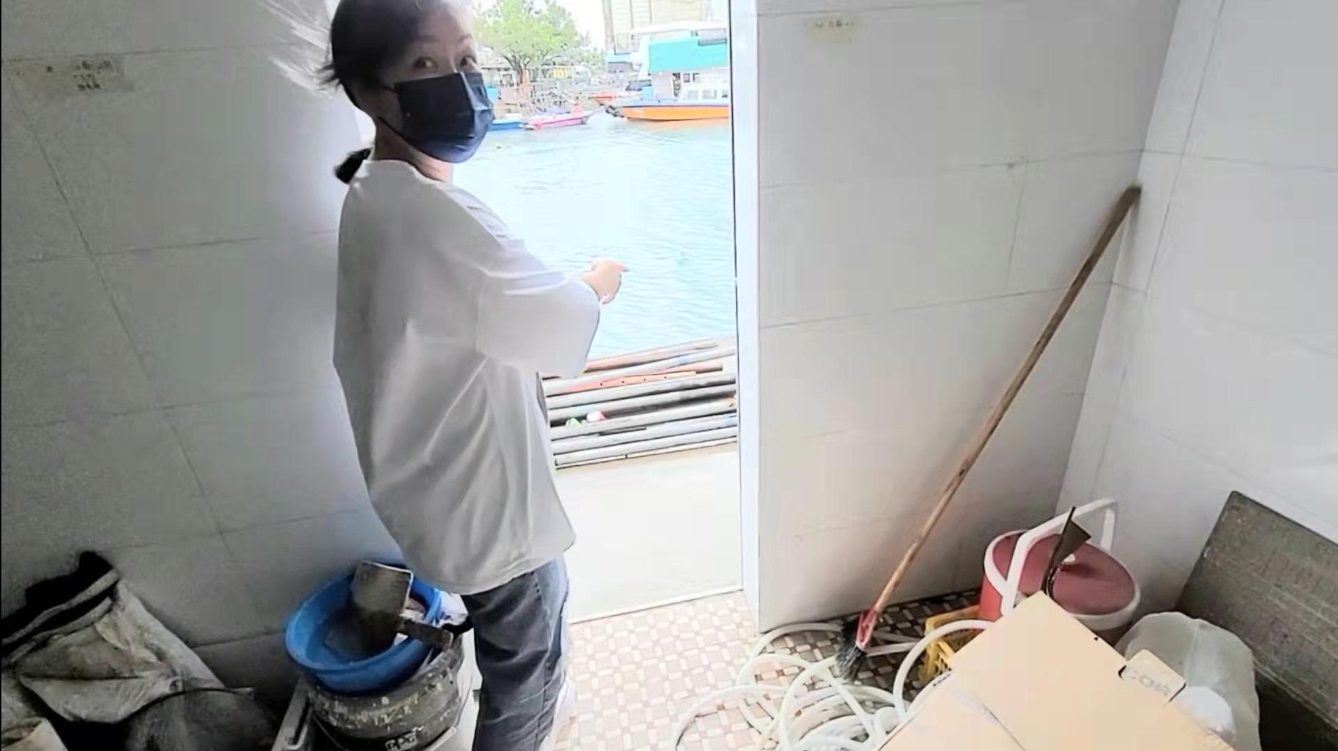 Kate姐憶述上星期的颱風「獅子山」襲港時正遇上天文大潮,海水從後門倒罐,淹浸了半個鋪面,海帶來的沙泥如今還可清楚看見。