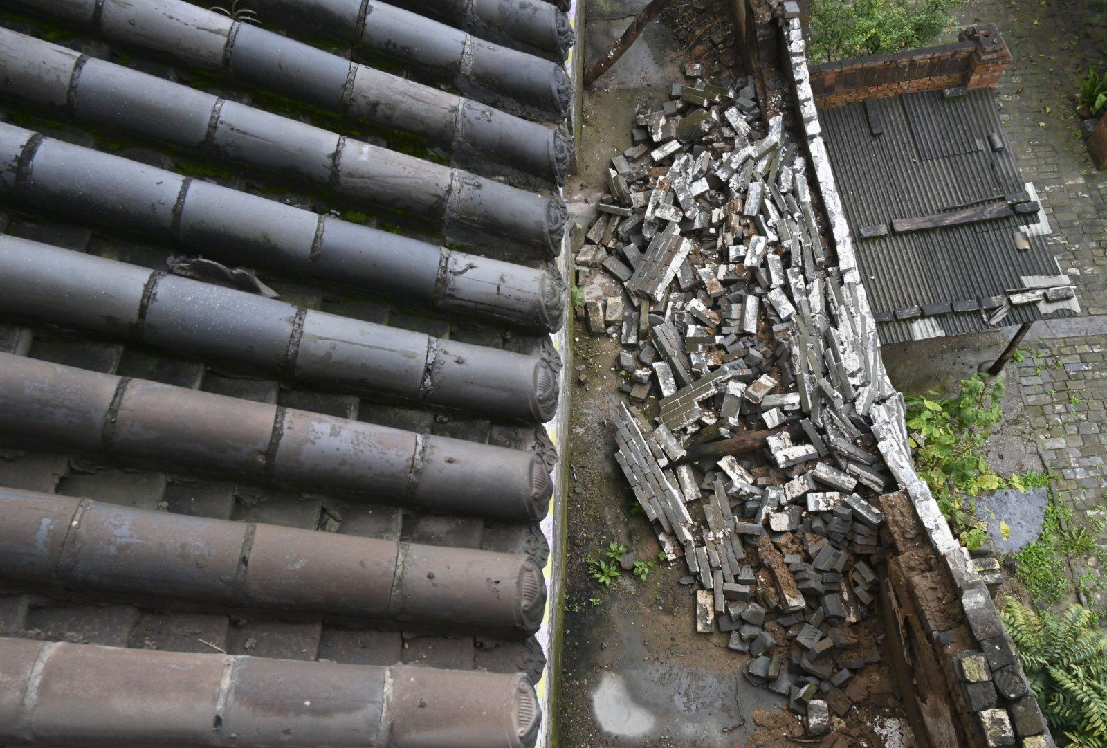 全國重點文物保護單位山西省汾城古建築群的社稷廟院牆部分倒塌(10月12日攝)。