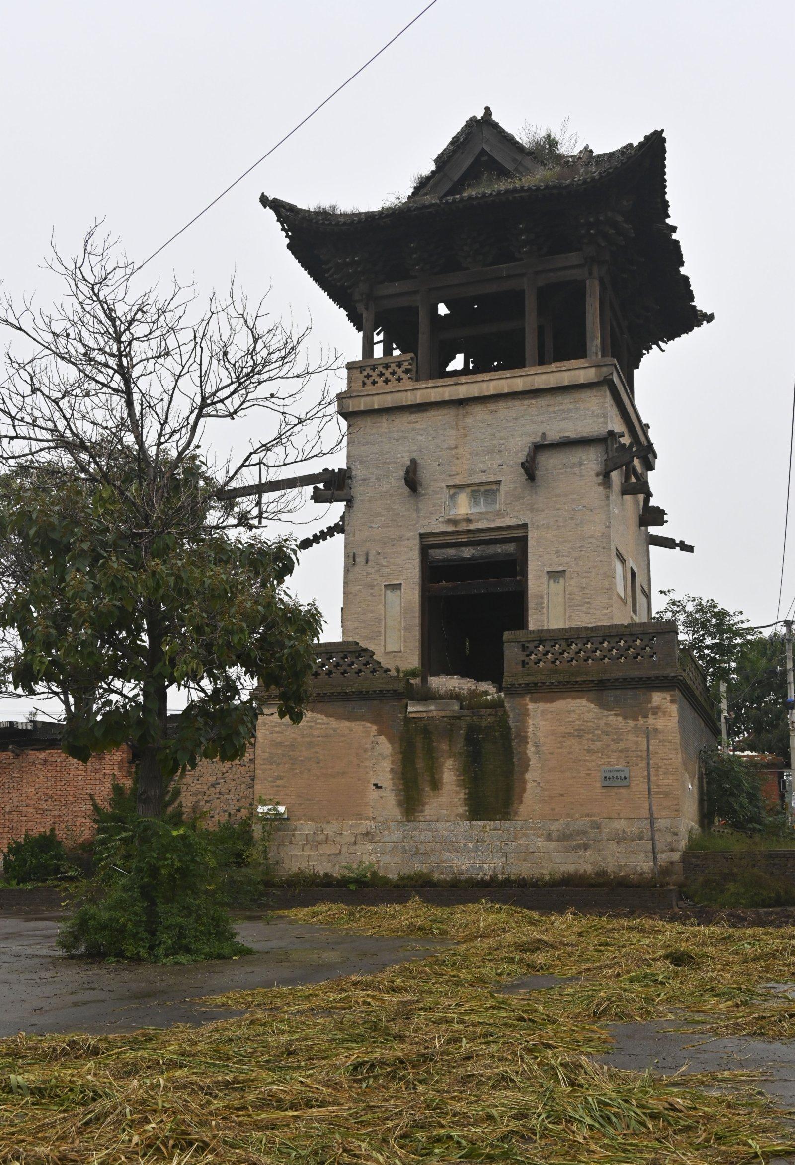 位於山西省襄汾縣西中黃村的春秋樓主體結構出現傾斜(10月12日攝)。