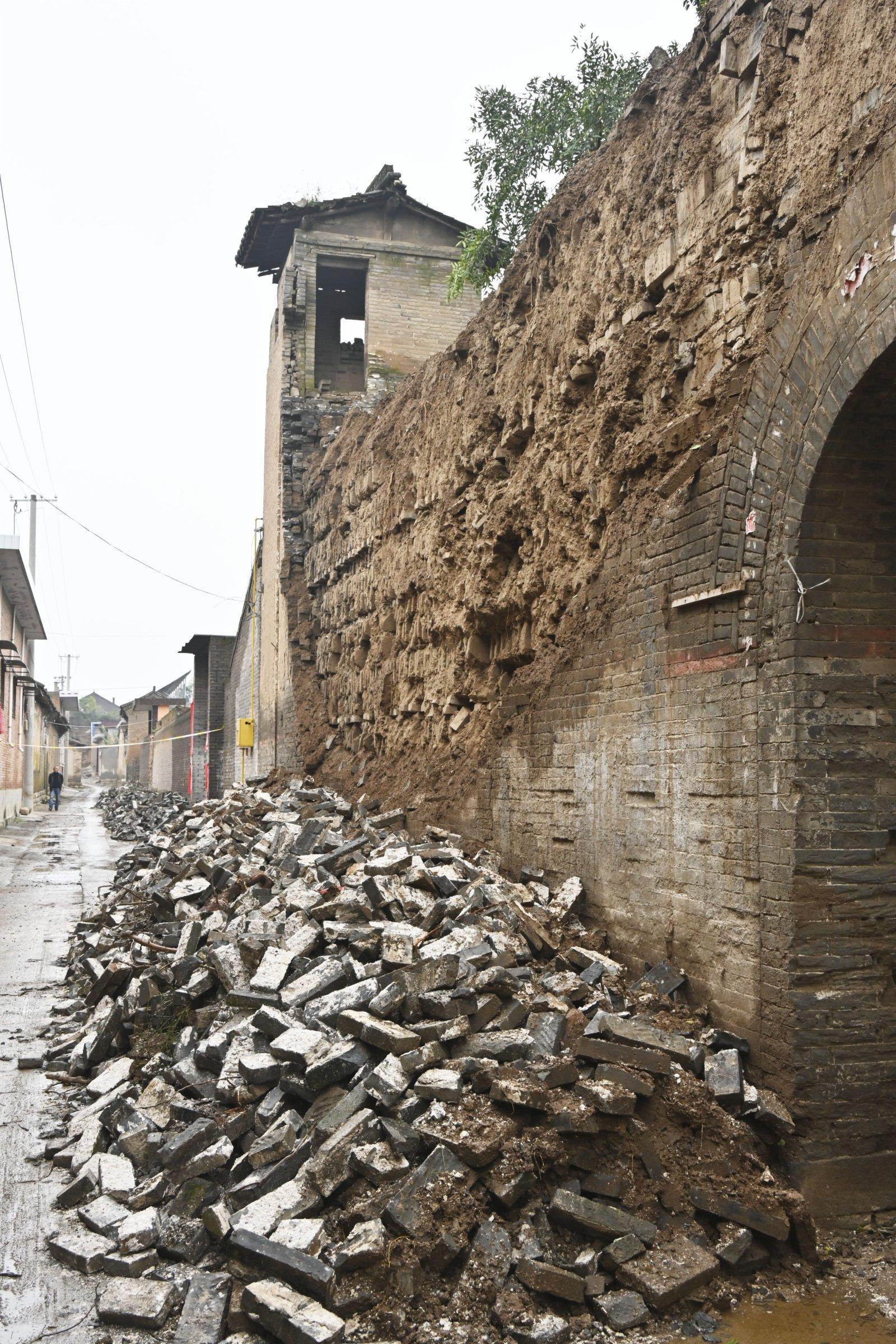 山西省襄汾縣西中黃村進士院一處院牆外包磚脫落(10月12日攝)。
