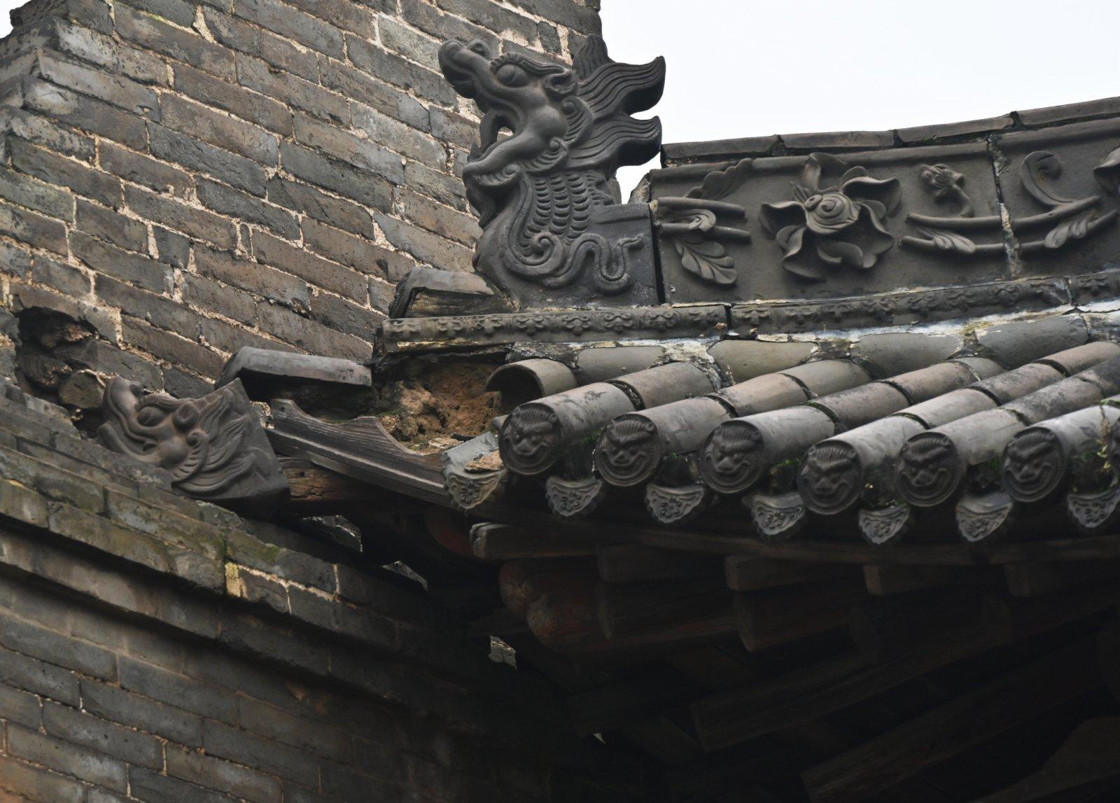全國重點文物保護單位山西省汾城古建築群的城隍廟一處建築簷部瓦件脫落(10月12日攝)。