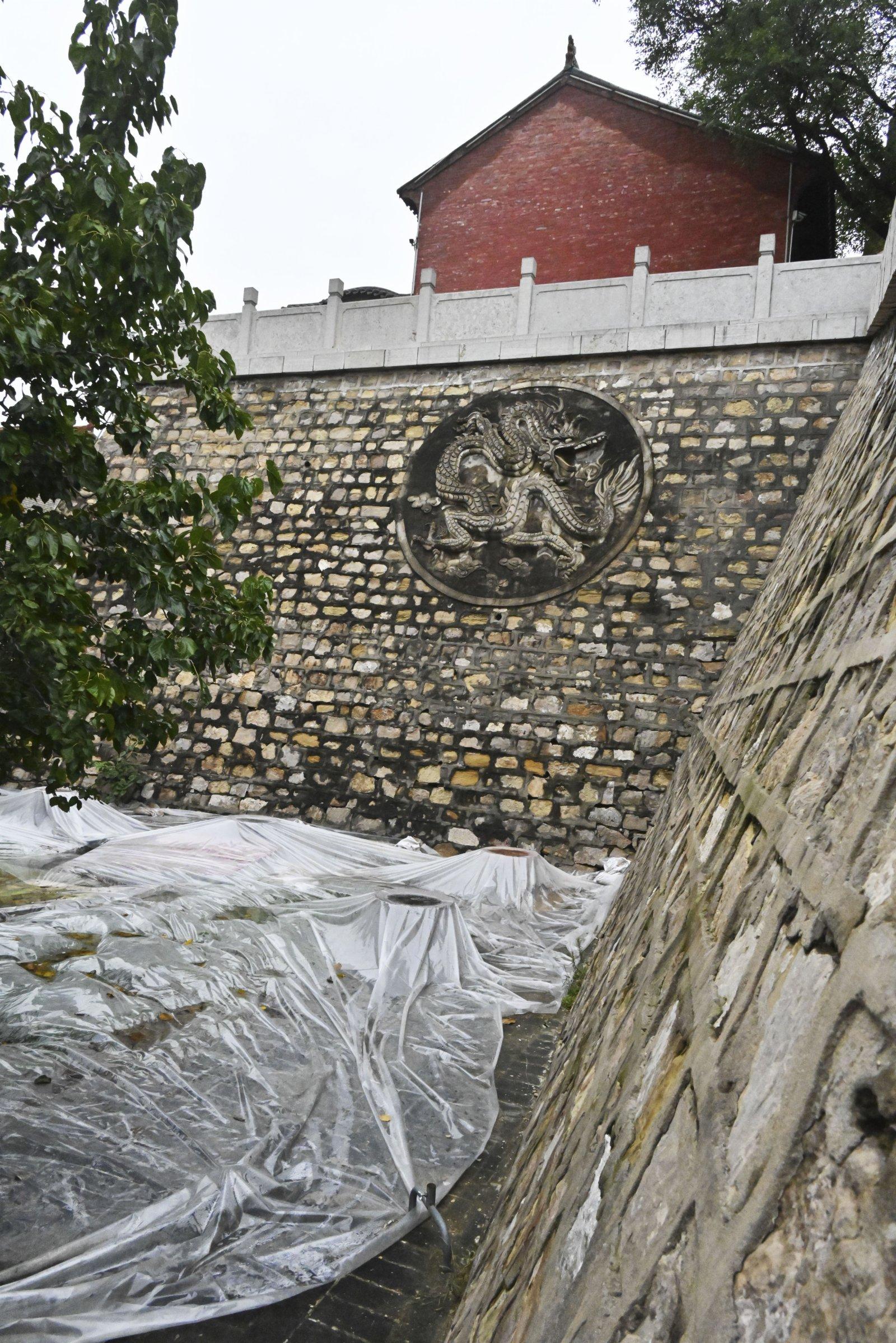 全國重點文物保護單位、位於山西省新絳縣的龍興寺護坡二平台塌陷(10月11日攝)。
