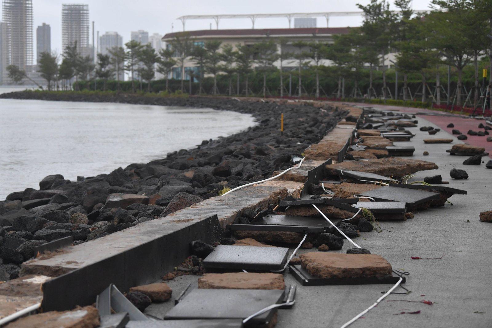 這是10月13日下午拍攝的被颱風「圓規」侵襲過的海口市海口灣。(新華社)